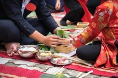 El hijo que aprende hacer que Chungkin se apelmaza por las manos con su primer del padre, torta de Chungkin es el vietnamita trad Imagen de archivo libre de regalías