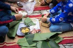 El hijo que aprende hacer que Chungkin se apelmaza por las manos con su primer del padre, torta de Chungkin es el vietnamita trad Fotografía de archivo