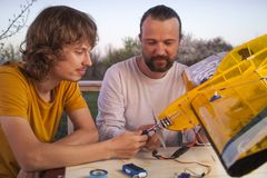 El hijo y el aeroplano radio-controlado hecho en casa hecho padre de los aviones modelo es no derechos reservados hechos a mano foto de archivo libre de regalías