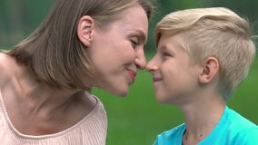 El hijo y la momia nuzzling, se aman, madre soltera feliz con el niño querido almacen de metraje de vídeo