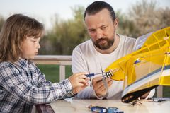 El hijo y el padre hicieron los aviones modelo radio-controlados hechos en casa ai Imagen de archivo libre de regalías
