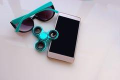 El hilandero, gafas de sol para el teléfono, pasa las vacaciones de verano Imagen de archivo