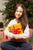 El hild del ¡de Ð es sorprendido por el regalo por Año Nuevo Imagen de archivo