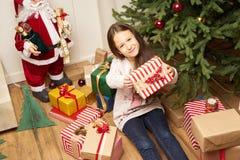 El hild del ¡de Ð es sorprendido por el regalo por Año Nuevo Imagen de archivo libre de regalías
