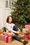 El hild del ¡de Ð es sorprendido por el regalo por Año Nuevo Fotos de archivo