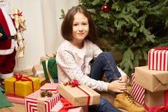 El hild del ¡de Ð es sorprendido por el regalo por Año Nuevo Imagenes de archivo
