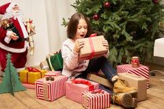 El hild del ¡de Ð es sorprendido por el regalo por Año Nuevo Foto de archivo libre de regalías