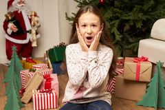 El hild del ¡de Ð es sorprendido por el regalo por Año Nuevo Imágenes de archivo libres de regalías