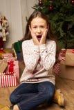 El hild del ¡de Ð es sorprendido por el regalo por Año Nuevo Fotografía de archivo libre de regalías