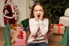 El hild del ¡de Ð es sorprendido por el regalo por Año Nuevo Foto de archivo