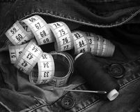el hilo, aguja, regla de medición, abotona Fotos de archivo