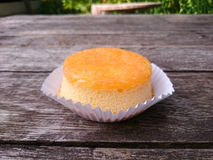 El hilo redondo de la yema de huevo del oro se apelmaza en la tabla de madera Fotos de archivo libres de regalías