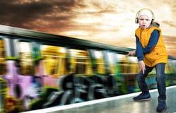 El hip-hop del muchacho se coloca en la plataforma Moda del ` s de los niños El golpeador joven Fotos de archivo