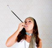 El Hippie fuma los cigarrillos o la junta imágenes de archivo libres de regalías