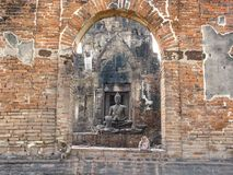 El histórico de las estatuas de Buda en Phra Prang Sam Yod Imagen de archivo libre de regalías