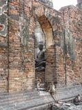 El histórico de las estatuas de Buda en Phra Prang Sam Yod Fotos de archivo