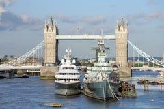 El HMS Belfast, yate de lujo amarró por Tower Bridge foto de archivo libre de regalías