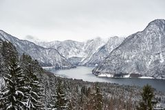 El hmtem Hallstätter del ¼ de Ansicht von berà considera el und von österreichischen Alpen en Hallstatt Invierno foto de archivo libre de regalías