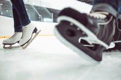 El hockey del hombre patina y la figura patines de las mujeres encendido imagen de archivo
