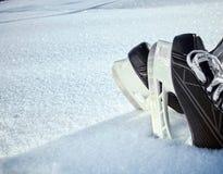 El hockey patina primer en nieve fresca Fotos de archivo libres de regalías