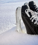 El hockey patina primer en nieve fresca Foto de archivo