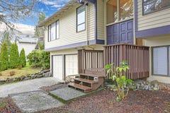 El hogar beige agradable con el apartadero de madera y el acento azul arreglan imagen de archivo libre de regalías