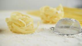 El hogar de las pastas de los tallarines hecho con la harina y los huevos siguen el tiro almacen de video