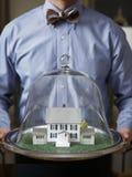 El hogar de las propiedades inmobiliarias mantiene al hombre Fotografía de archivo libre de regalías