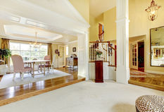 El hogar de lujo adornó bien la sala de estar de oro con la alfombra beige Foto de archivo libre de regalías