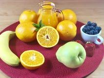 El hogar delicioso hizo el desayuno sano con las frutas y los cereales Fotografía de archivo