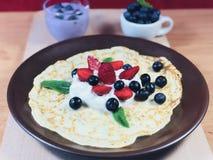 El hogar delicioso hizo el desayuno sano con las frutas y los cereales Imagen de archivo