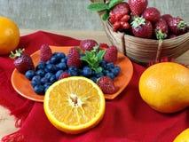 El hogar delicioso hizo el desayuno sano con las frutas y los cereales Foto de archivo
