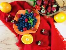 El hogar delicioso hizo el desayuno sano con las frutas y los cereales Imagenes de archivo