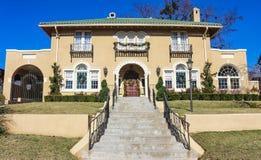 El hogar exclusivo grande del adobe con los pasos que llevaban a él adornó para la Navidad Foto de archivo