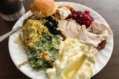 El hogar grande de la acción de gracias cocinó la cena en la placa blanca Imagen de archivo