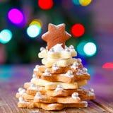 El hogar hecho coció el árbol del pan de jengibre de la Navidad como regalo Fotografía de archivo