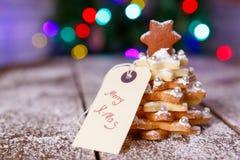 El hogar hecho coció el árbol del pan de jengibre de la Navidad como regalo Fotos de archivo libres de regalías