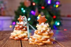 El hogar hecho coció el árbol del pan de jengibre de la Navidad como regalo Foto de archivo libre de regalías