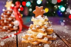 El hogar hecho coció el árbol del pan de jengibre de la Navidad como regalo Imagen de archivo