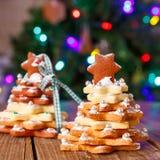 El hogar hecho coció el árbol del pan de jengibre de la Navidad como regalo Imagen de archivo libre de regalías