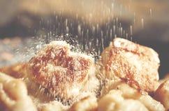 El hogar hecho frió las bolas de masa hervida perezosas con el requesón, azúcar en el top fotografía de archivo