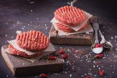 El hogar hizo cocinar de la hamburguesa Imagen de archivo libre de regalías