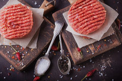 El hogar hizo cocinar de la hamburguesa Foto de archivo libre de regalías