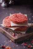 El hogar hizo cocinar de la hamburguesa Imágenes de archivo libres de regalías