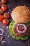 El hogar hizo cocinar de la hamburguesa Fotografía de archivo libre de regalías