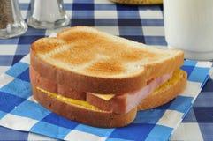 El hogar hizo el bocadillo del jamón y del queso fotos de archivo