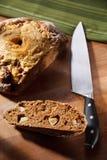 El hogar hizo el pan entero del grano con la manzana y el queso Foto de archivo