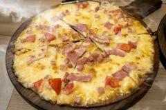 El hogar hizo el queso y el jamón de la pizza Fotos de archivo libres de regalías