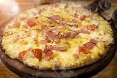 El hogar hizo el queso y el jamón de la pizza Foto de archivo libre de regalías