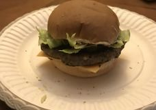 El hogar hizo la hamburguesa foto de archivo